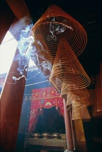 Huge incense spirals which burn for hours, Phung Son Tu Pagoda, Ho Chi Minh City (Saigon), Vietnamの写真素材 [FYI03768905]