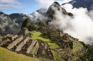 Iconic view of Machu Picchu Inca ruins, with low cloud, Peruの写真素材 [FYI03768976]