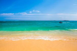 Unawatuna Beach, a beautiful sandy beach on the South Coast of Sri Lankaの写真素材 [FYI03769210]