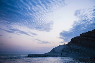 Scala dei Turchi, clouds reflecting the shape of The Turkish Staircase at sunset, Realmonte, Agrigenの写真素材 [FYI03769237]