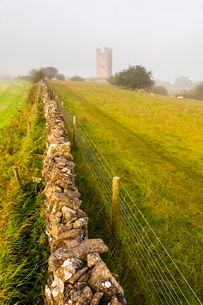 Misty sunrise at Broadway Tower, a National Trust property at Broadway, The Cotswolds, Gloucestershiの写真素材 [FYI03769307]