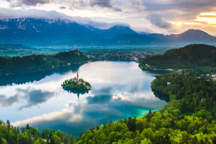 Lake Bled Island and the Julian Alps at sunrise, seen from Osojnica Hill, Bled, Julian Alps, Gorenjsの写真素材 [FYI03769328]