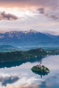 Lake Bled Island and the Julian Alps at sunrise, seen from Osojnica Hill, Bled, Julian Alps, Gorenjsの写真素材 [FYI03769333]
