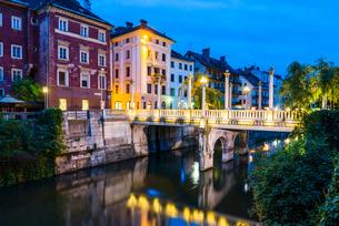 Bridge over the Ljubljanica River at night, Ljubljana, Sloveniaの写真素材 [FYI03769359]