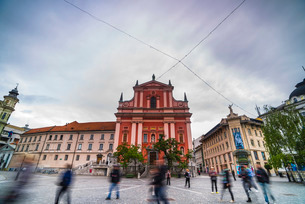 Tourists in Preseren Square (Trg) and the Franciscan Church of the Annunciation, Ljubljana, Sloveniaの写真素材 [FYI03769365]