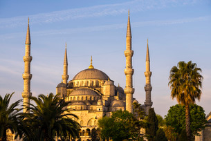 Blue Mosque (Sultan Ahmed Mosque) (Sultan Ahmet Camii), just after sunrise, Istanbul, Turkeyの写真素材 [FYI03769381]