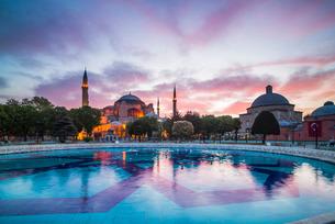 Hagia Sophia (Aya Sofya) (Santa Sofia), at sunset, Sultanahmet Square Park, Istanbul, Turkeyの写真素材 [FYI03769383]
