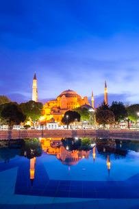 Hagia Sophia (Aya Sofya) (Santa Sofia), reflection at night, Sultanahmet Square Park, Istanbul, Turkの写真素材 [FYI03769385]