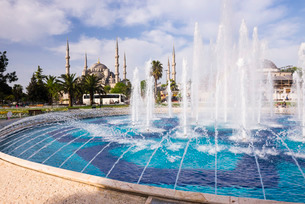 Blue Mosque (Sultan Ahmed Mosque) (Sultan Ahmet Camii) and fountain in Sultanahmet Park, Istanbul, Tの写真素材 [FYI03769386]