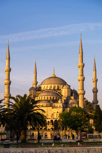 Blue Mosque (Sultan Ahmed Mosque) (Sultan Ahmet Camii), just after sunrise, Istanbul, Turkeyの写真素材 [FYI03769387]