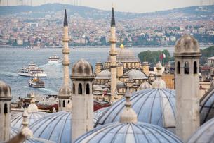 New Mosque (Yeni Cami) seen from Suleymaniye Mosque, Istanbul, Turkeyの写真素材 [FYI03769390]