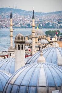 New Mosque (Yeni Cami) seen from Suleymaniye Mosque, Istanbul, Turkeyの写真素材 [FYI03769391]