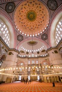 Inside Suleymaniye Mosque, Istanbul, Turkeyの写真素材 [FYI03769392]