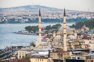 New Mosque (Yeni Cami) with Bosphorus Strait behind, Istanbul, Turkeyの写真素材 [FYI03769394]