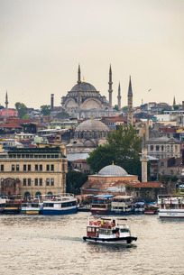 Cruise on the Golden Horn with Mosque behind, Istanbul, Turkeyの写真素材 [FYI03769396]