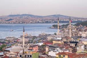 Rustem Pasha Mosque and New Mosque (Yeni Cami) with Bosphorus Strait behind, Istanbul, Turkeyの写真素材 [FYI03769397]