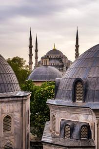 Blue Mosque (Sultan Ahmed Mosque) seen from Hagia Sophia (Aya Sofya), Istanbul, Turkeyの写真素材 [FYI03769401]