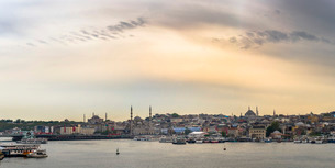 Hagia Sophia and New Mosque seen across Golden Horn at sunset, Istanbul, Turkeyの写真素材 [FYI03769402]
