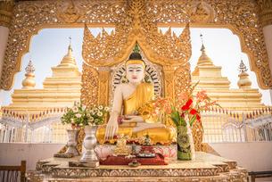 Buddha at Kuthodaw Pagoda, at the foot of Mandalay Hill, Mandalay Regionの写真素材 [FYI03769429]