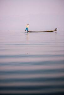 Inle Lake Fisherman (Intha Fisherman), near Nyaungshwe, Shan Stateの写真素材 [FYI03769448]