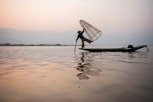 Inle Lake fisherman at sunrise (Intha fisherman), near Nyaungshwe, Shan Stateの写真素材 [FYI03769449]
