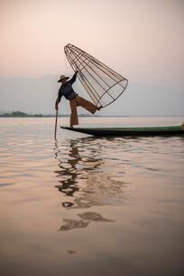 Inle Lake fisherman at sunrise (Intha fisherman), near Nyaungshwe, Shan Stateの写真素材 [FYI03769451]