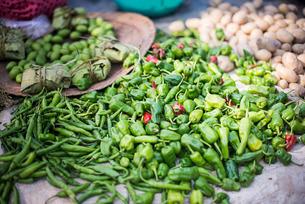 Green chillies at Ywama Village Market, Inle Lake, Shan Stateの写真素材 [FYI03769452]