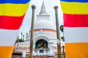 Thuparama Dagoba and the Buddhist flag, Ancient City of Anuradhapura, Sri Lankaの写真素材 [FYI03769577]