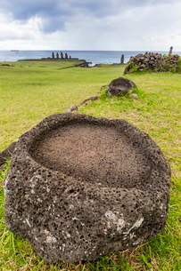 House foundation and seven moai in the Tahai Archaeological Zone on Easter Island (Isla de Pascua) (の写真素材 [FYI03769824]