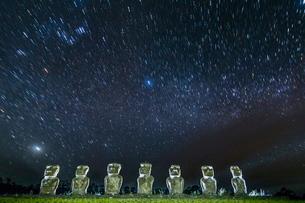 Seven Moai under the stars on a moonless night at Ahu Akivi on Easter Island (Isla de Pascua) (Rapaの写真素材 [FYI03769849]