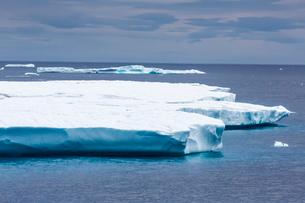 Huge tabular iceberg in Isabella Bay, Baffin Island, Nunavutの写真素材 [FYI03769869]
