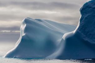 Huge iceberg in Baffin Bay, Nunavutの写真素材 [FYI03769871]