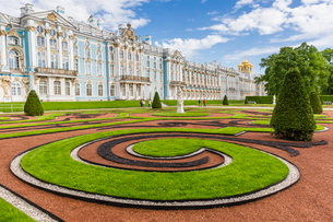 View of the French-style formal gardens at the Catherine Palace, Tsarskoe Selo, St. Petersburg, Russの写真素材 [FYI03769911]