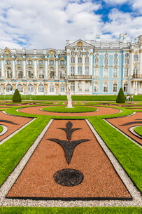 View of the French-style formal gardens at the Catherine Palace, Tsarskoe Selo, St. Petersburg, Russの写真素材 [FYI03769913]