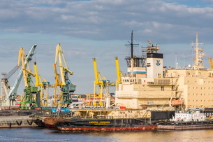 The busy shipyards in the Sea Port of St. Petersburg, on the Neva River, Russiaの写真素材 [FYI03769925]