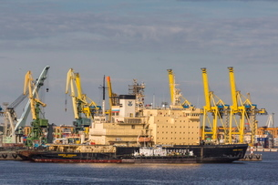 The busy shipyards in the Sea Port of St. Petersburg, on the Neva River, Russiaの写真素材 [FYI03769929]