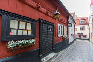 Cottages and cobblestone streets in the town of Visby, Gotland Island, Sweden, Scandinaviaの写真素材 [FYI03769938]