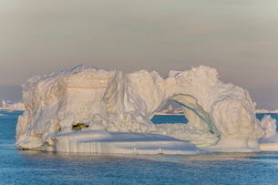 Huge icebergs calved from the Ilulissat Glacier, Ilulissat, Greenlandの写真素材 [FYI03769949]