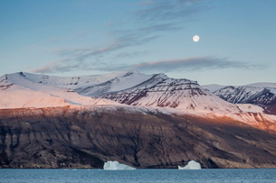 Nearly full moon setting in the early morning near Qilakitsoq, Greenlandの写真素材 [FYI03769951]
