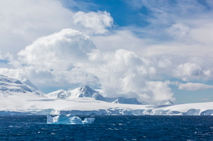 Clouds build over snow-capped mountains in Dallmann Bay, Antarcticaの写真素材 [FYI03769997]