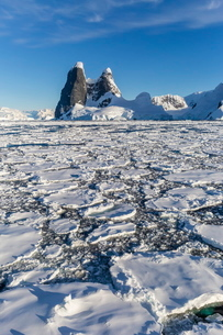 Transiting the Lemaire Channel in heavy first year sea ice, Antarcticaの写真素材 [FYI03770017]