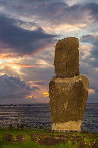 A single moai at Fisherman's Harbor in the town of Hanga Roa, Rapa Nui National Park, Easter Islandの写真素材 [FYI03770053]
