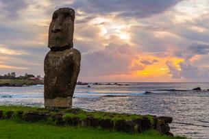 A single moai at Fisherman's Harbor in the town of Hanga Roa, Rapa Nui National Park, Easter Islandの写真素材 [FYI03770055]
