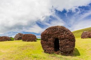 The red scoria quarry at Puna Pau, a cinder cone on the outskirts of Hanga Roa, Rapa Nui National Paの写真素材 [FYI03770061]