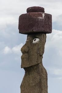 Preserved original moai in the Tahai Archaeological Zone, Rapa Nui National Park, Easter Island (Islの写真素材 [FYI03770076]