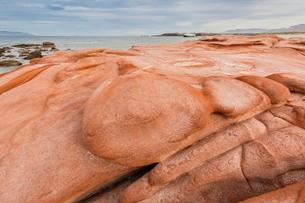 Wind-eroded sandstone rock formations in El Gato Bay, Baja California Sur, Mexico'の写真素材 [FYI03770134]