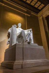 Interior of the Lincoln Memorial lit up at night, Washington D.C.'の写真素材 [FYI03770233]
