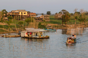 River family living on the Tonle Sap River in Kampong Chhnang, Cambodia, Indochina, Southeast Asiaの写真素材 [FYI03770454]