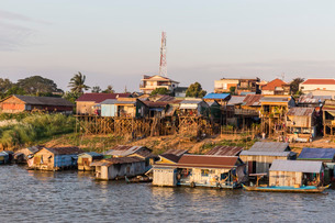 Life along the Mekong River approaching the capital city of Phnom Penh, Cambodia, Indochina, Southeaの写真素材 [FYI03770471]