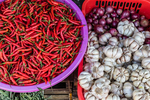Red chillies, onions, and garlic for sale at fresh food market in Chau Doc, Mekong River Delta, Vietの写真素材 [FYI03770481]